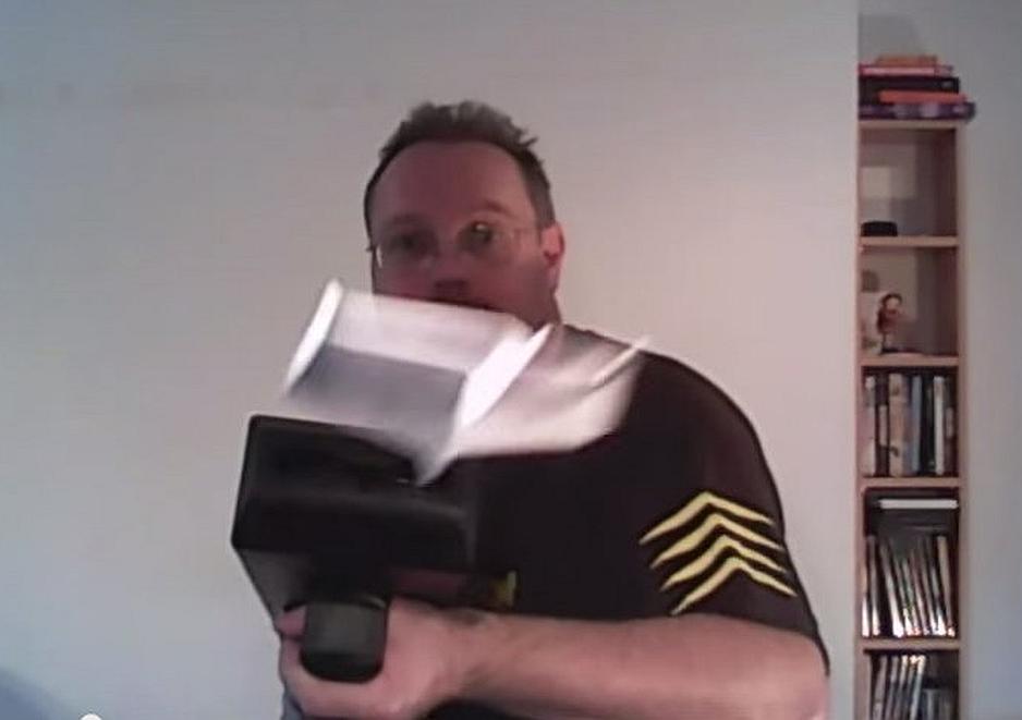 Arma que dispara aviones de papel