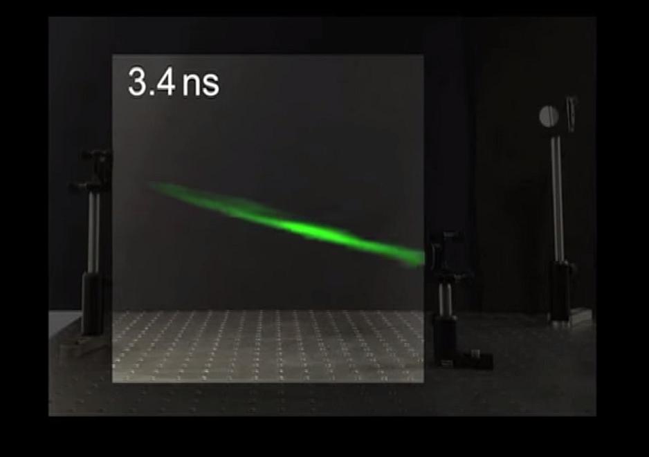 Pulso de láser capturado en movimiento en el aire