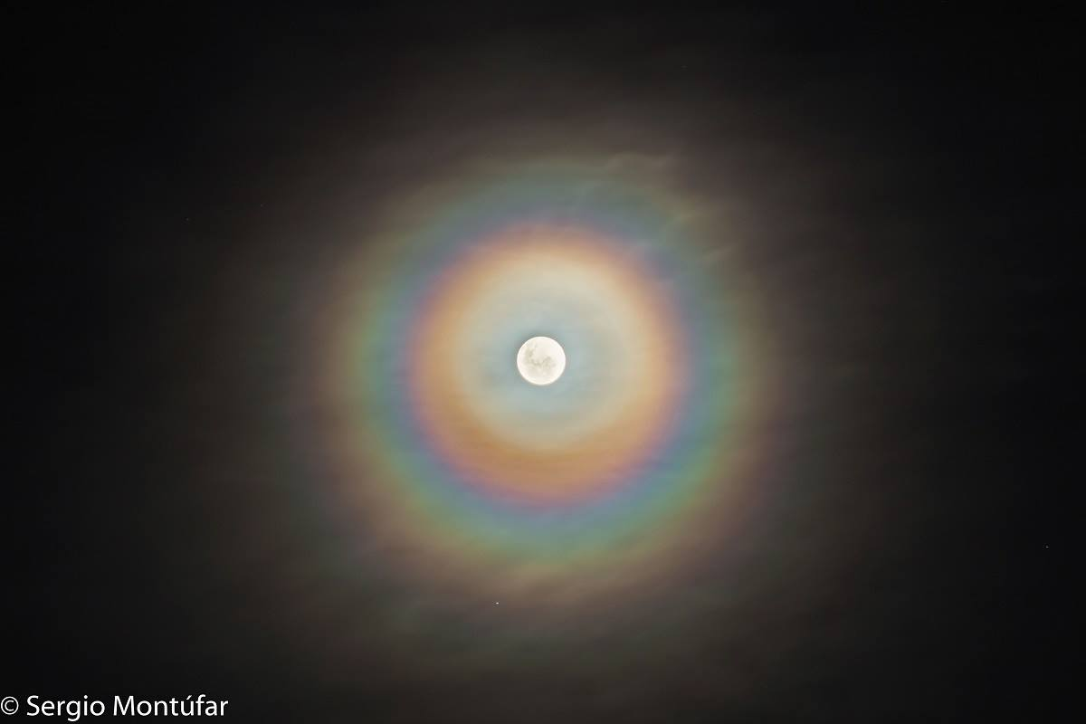 Una corona lunar llena de colores