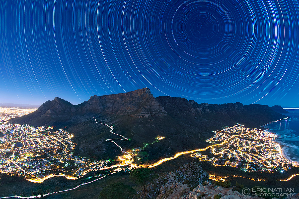 Rastros de estrellas sobre Table Mountain