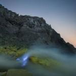 Flamas azules en el monte Gunung Merapi