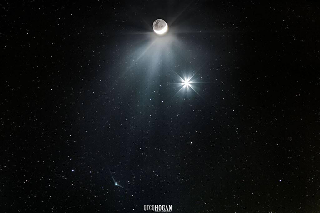 El cometa se reúne con la Luna y la estrella de la mañana