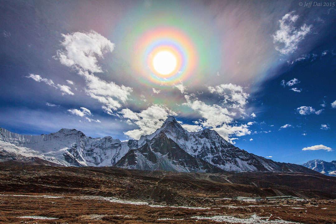 Corona solar de colores sobre el Himalaya