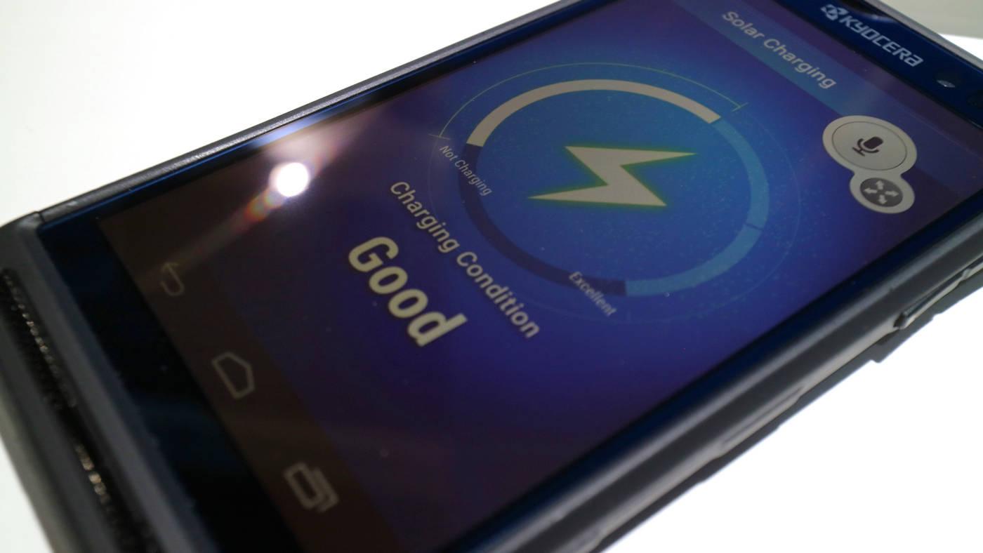 Kyocera presenta un SmartPhone que se carga con el Sol