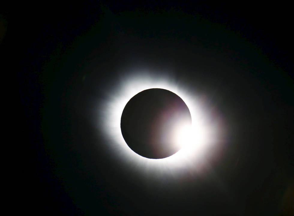 Aplaudiendo un eclipse solar total